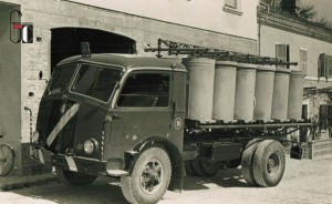 Anni '60 - Deposito aziendale - autocarri per trasporto cemento e forniture inerti per cantieri